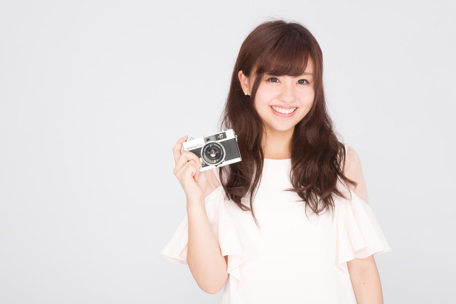 「カメラを持ったカメラ女子カメラを持ったカメラ女子」[モデル:河村友歌]のフリー写真素材