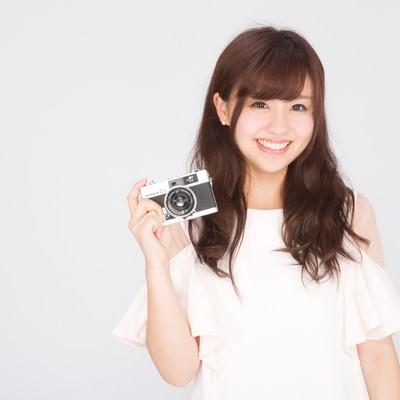 「カメラを持ったカメラ女子」の写真素材
