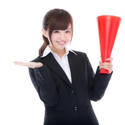 「受験頑張って!」メガホンを持って応援する美女チューターの写真