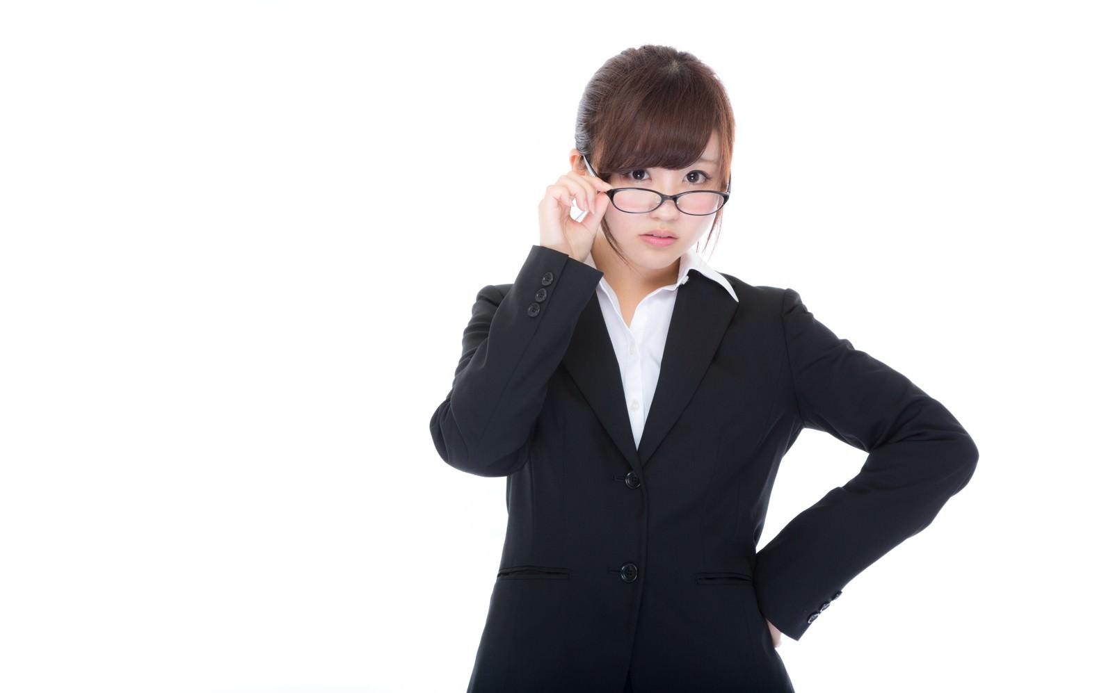 「スケジュールを守らない管理職を叱る美人秘書」[モデル:河村友歌]