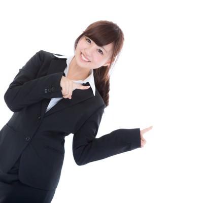「両手で指をさす案内係の女性」の写真素材