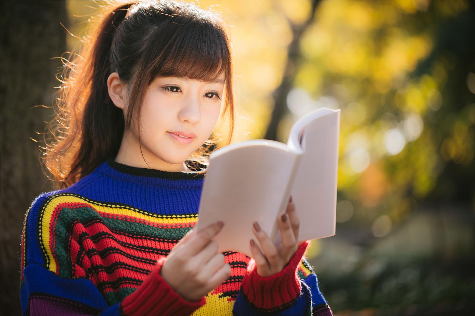 「紅葉の秋とマルチカラーな読書女子紅葉の秋とマルチカラーな読書女子」[モデル:河村友歌]のフリー写真素材