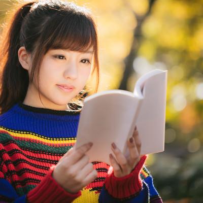紅葉の秋とマルチカラーな読書女子の写真