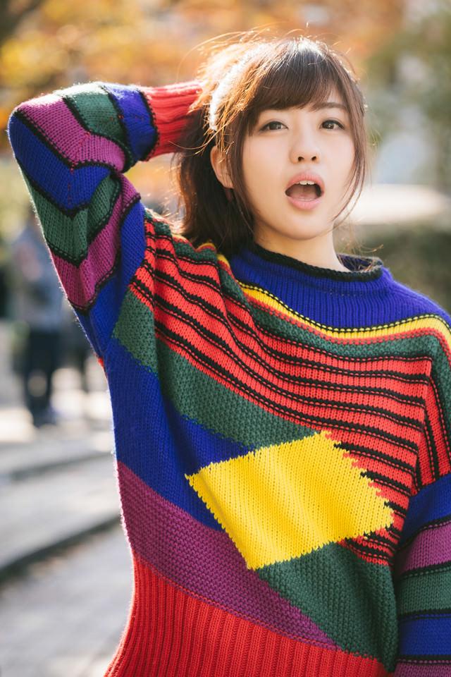 秋の陽気と80s風ファッションを纏う女性の写真