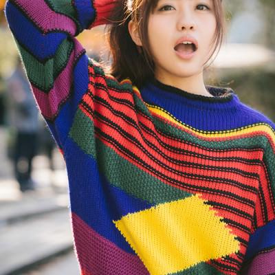 「秋の陽気と80s風ファッションを纏う女性」の写真素材