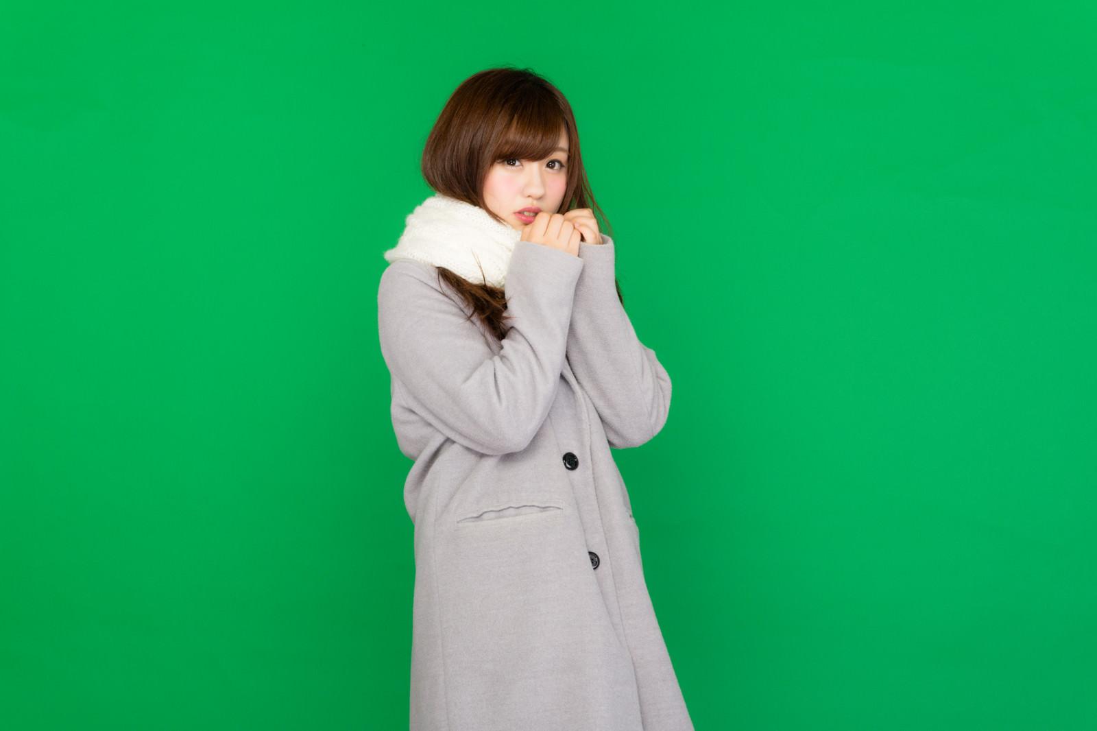 「マフラーを巻いたコート女子(グリーンバック)」の写真[モデル:河村友歌]