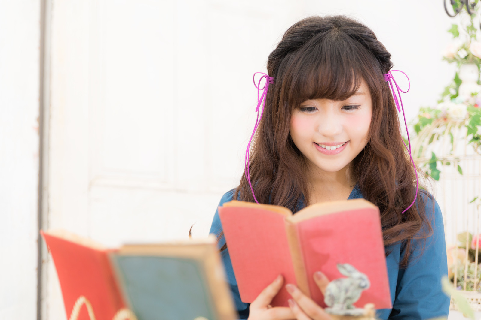「読書好き女子 | 写真の無料素材・フリー素材 - ぱくたそ」の写真[モデル:河村友歌]