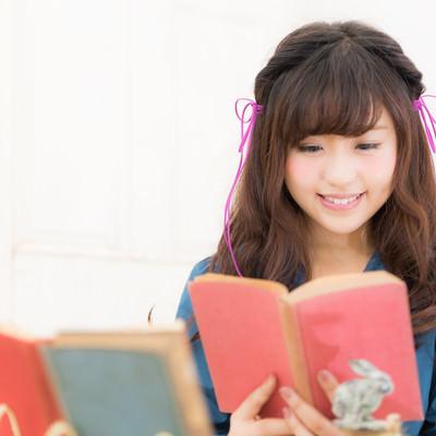 「読書好き女子」の写真素材