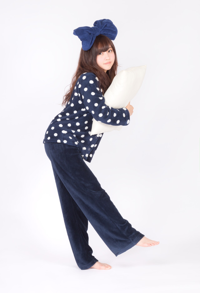 枕を抱えたパジャマ女子の写真