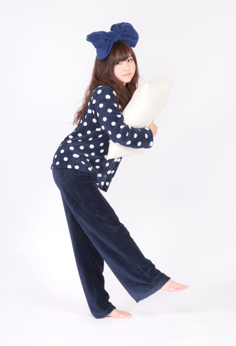「枕を抱えたパジャマ女子」の写真[モデル:河村友歌]