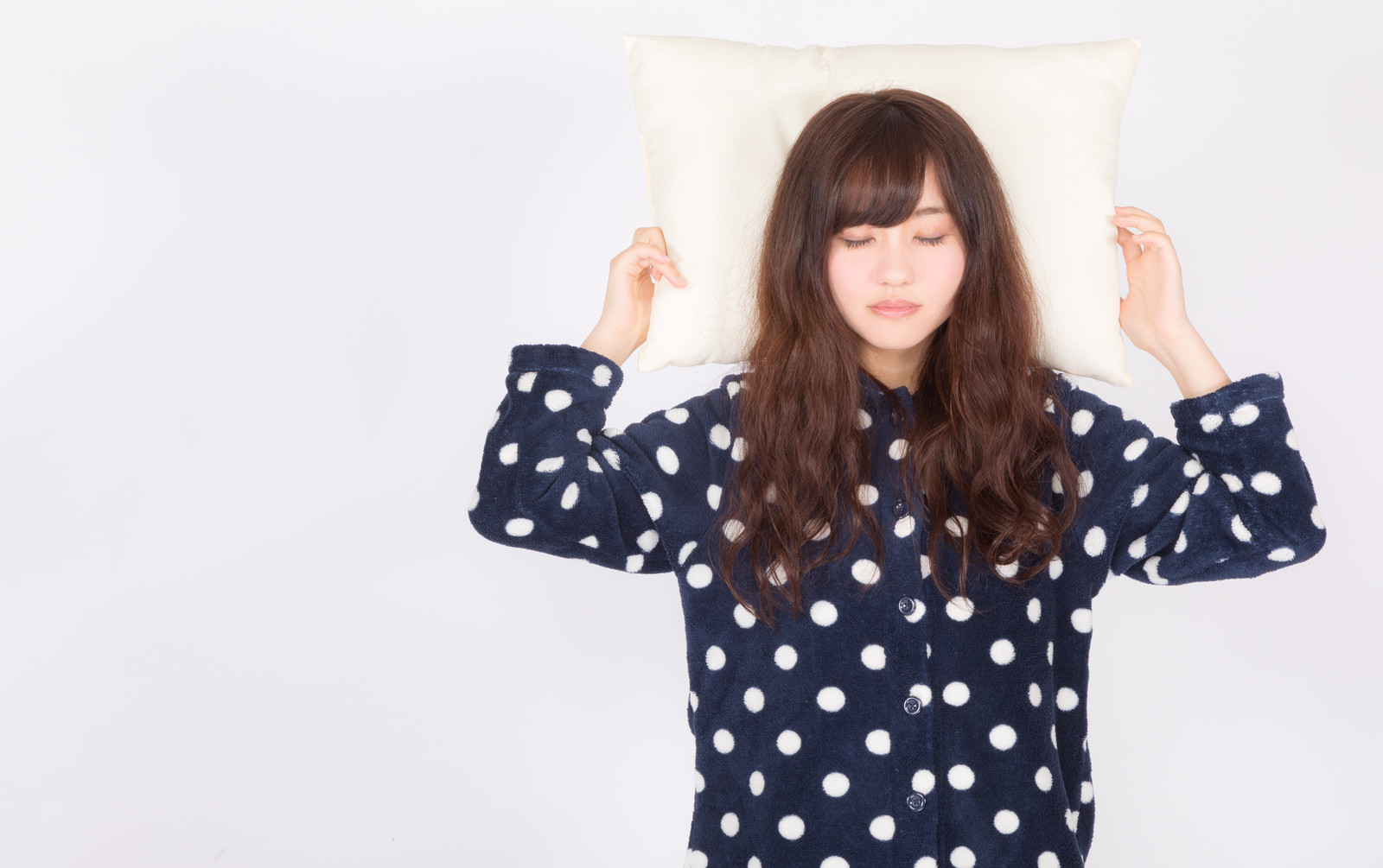 「ぐっすり快眠する女性」の写真[モデル:河村友歌]