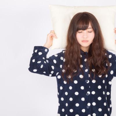 「ぐっすり快眠する女性」の写真素材