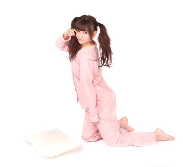なかなか寝付けないパジャマツインテール女子の写真