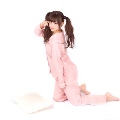 「なかなか寝付けないパジャマツインテール女子」の写真素材