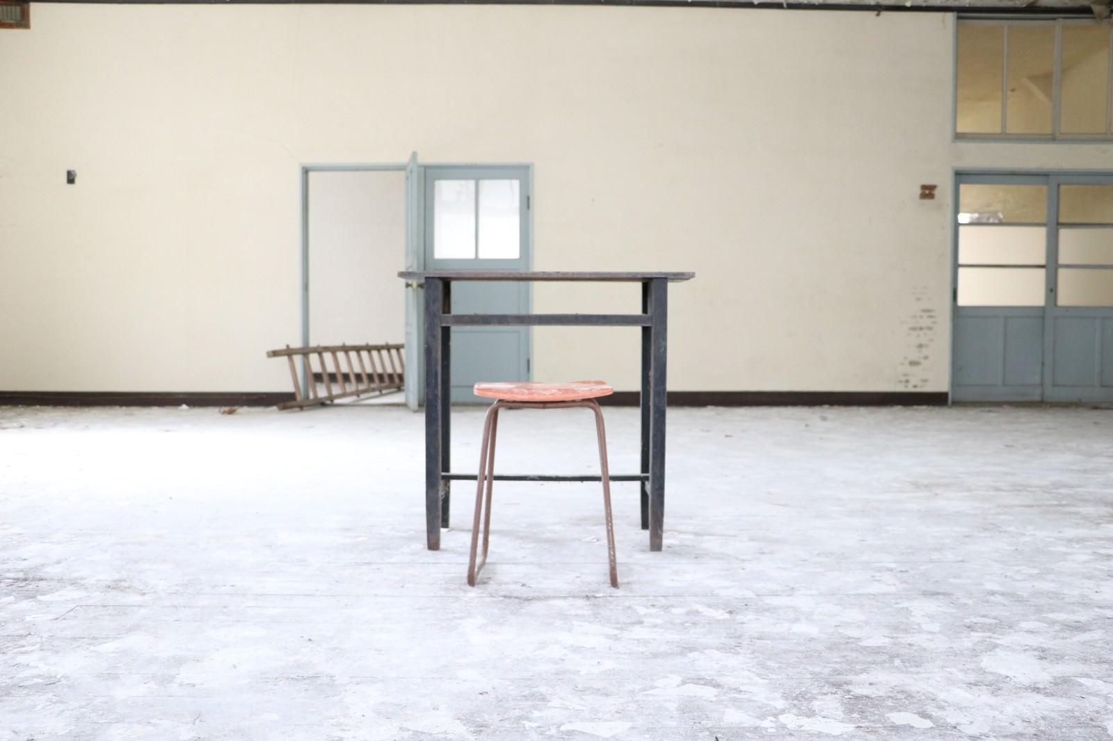 「不自然に取り残された机と椅子」の写真