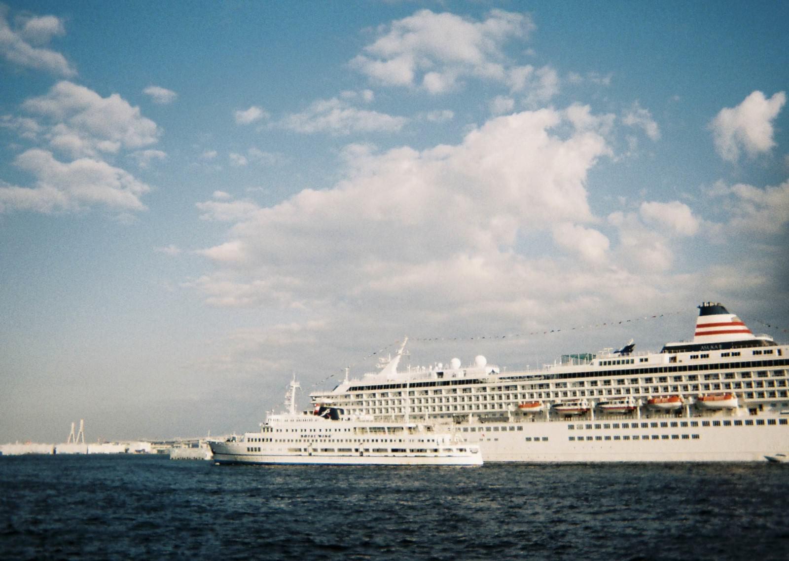 「擦れ違う2隻の大型客船」の写真