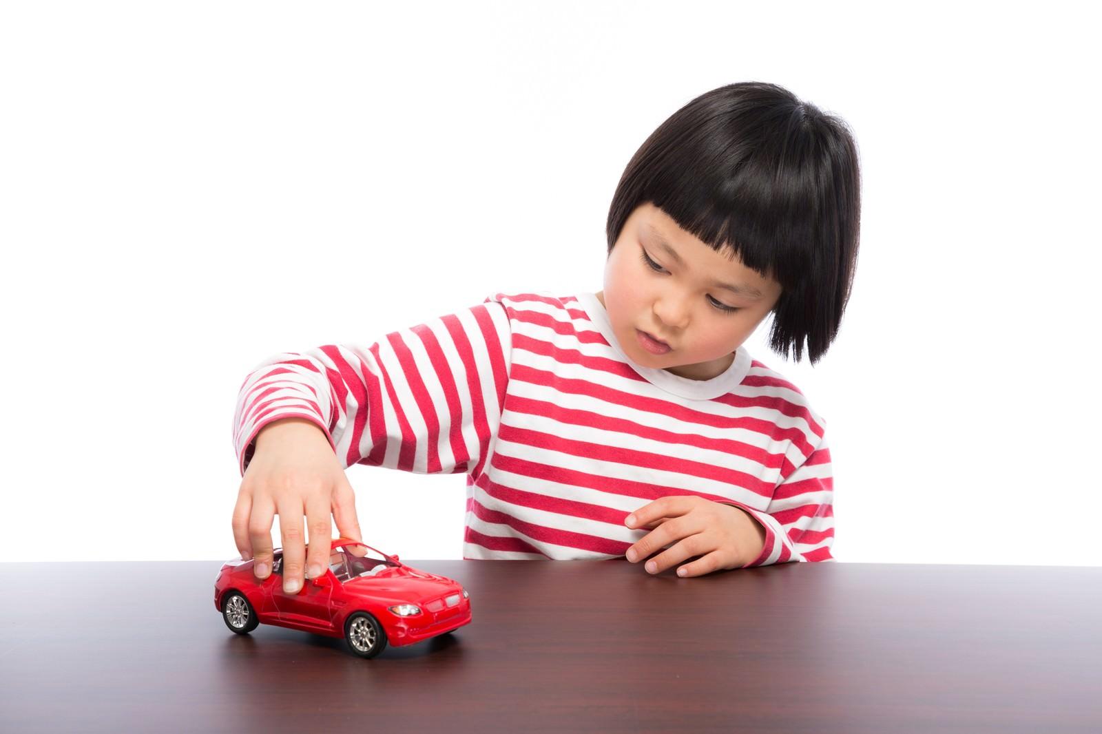 「買ってもらった車のおもちゃでブーン」の写真[モデル:ゆうき]
