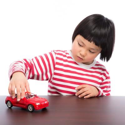 「買ってもらった車のおもちゃでブーン」の写真素材