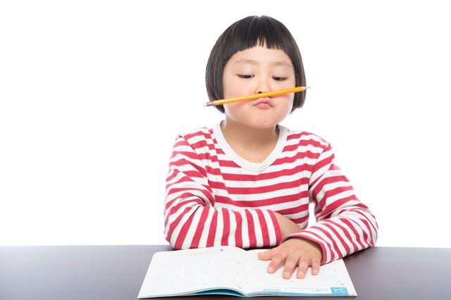 宿題に集中できない小学生の写真