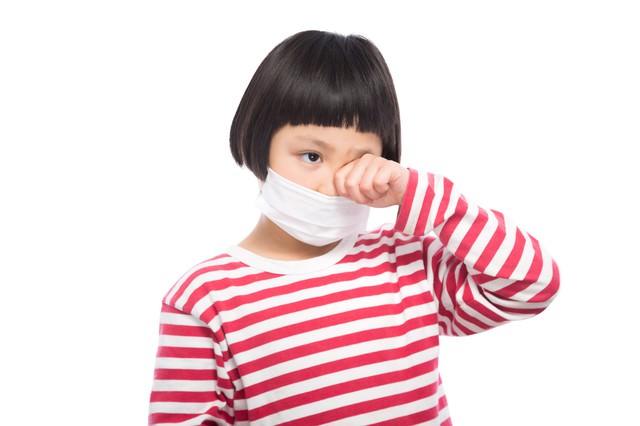 花粉症で目がかゆい小学生の写真