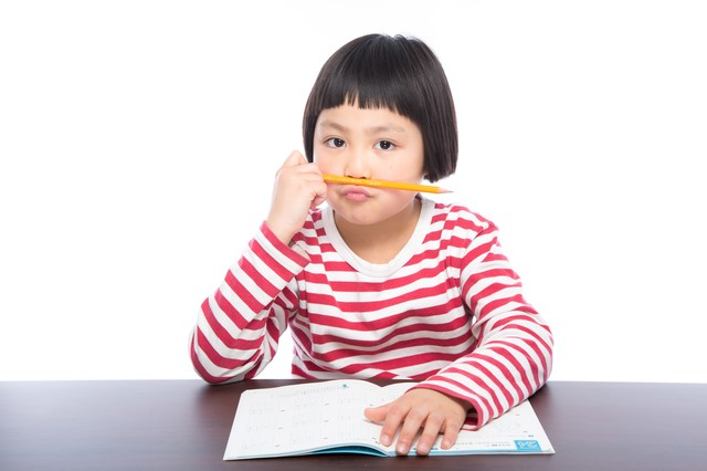 宿題に飽きた小学生の写真