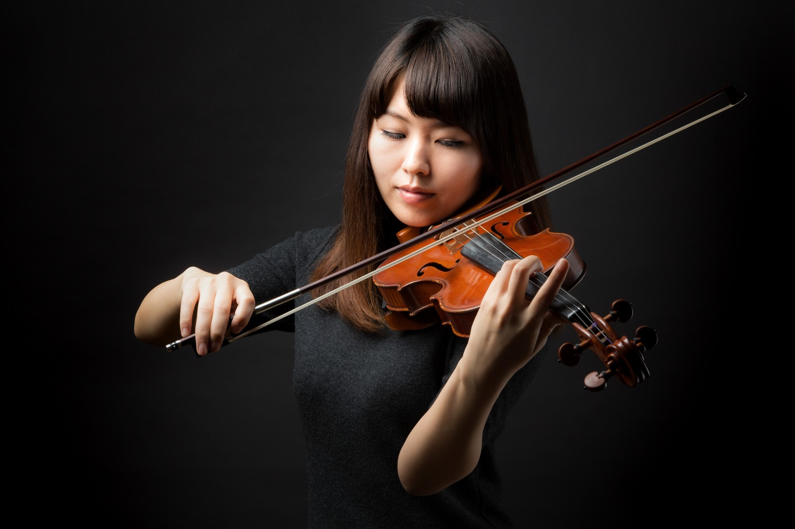 「ヴァイオリン演奏中の女性ヴァイオリン演奏中の女性」[モデル:yukiko]のフリー写真素材を拡大