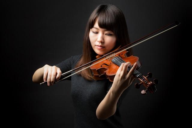 ヴァイオリン演奏中の女性の写真