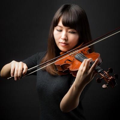 「ヴァイオリン演奏中の女性」の写真素材
