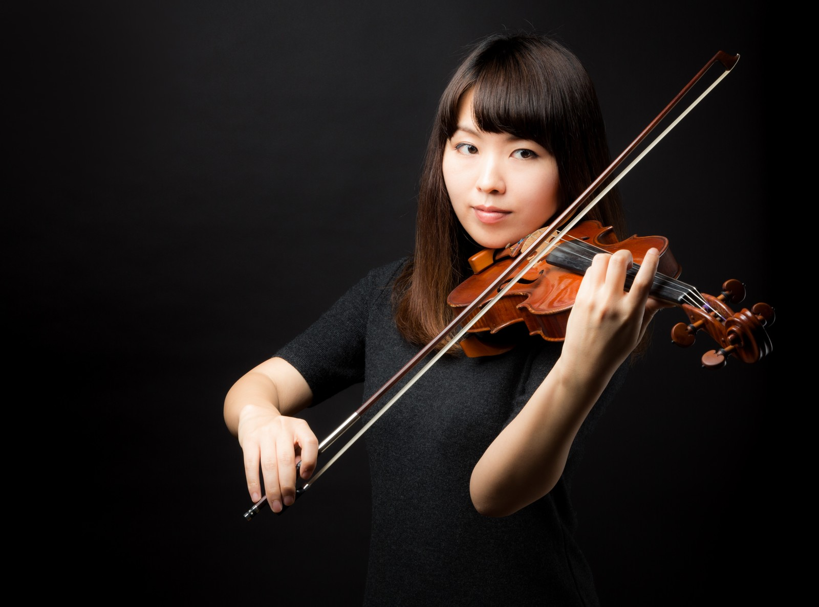 「演奏中の女性」の写真[モデル:yukiko]