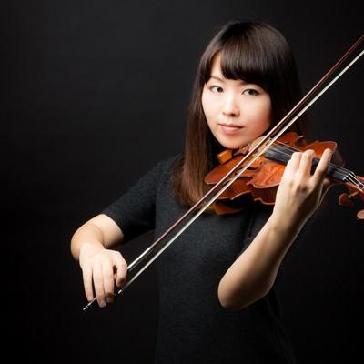 「演奏中の女性」の写真素材