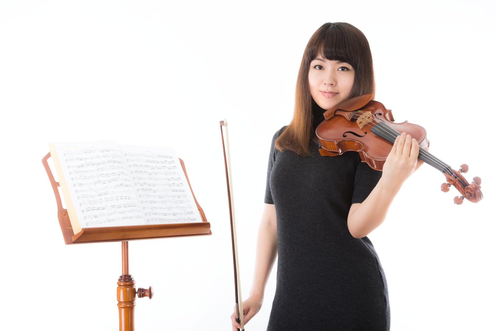 「優しいヴァイオリンの先生優しいヴァイオリンの先生」[モデル:yukiko]のフリー写真素材を拡大