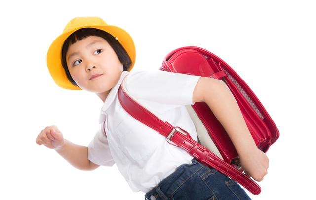 ランドセルを背負って登校中の写真