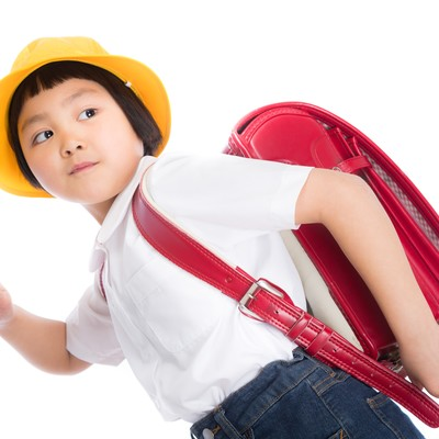 「ランドセルを背負って登校中」の写真素材
