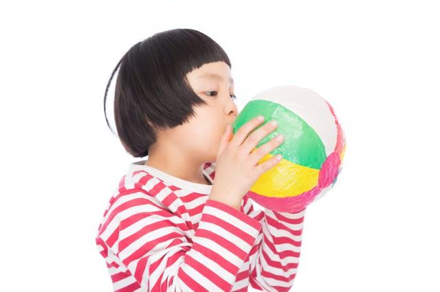 紙風船プゥーするおかっぱの女の子の写真