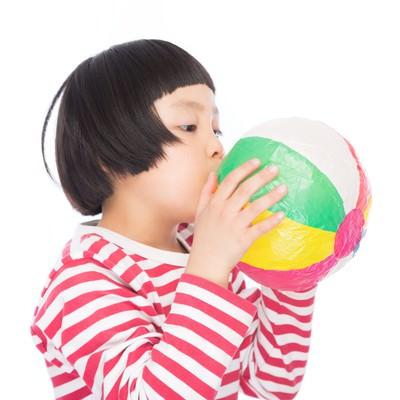 「紙風船プゥーするおかっぱの女の子」の写真素材
