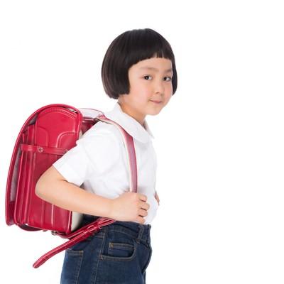 「ランドセルを背負った小学生低学年」の写真素材