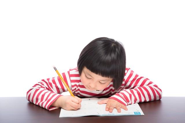 宿題をがんばる前髪パッツンの女の子の写真