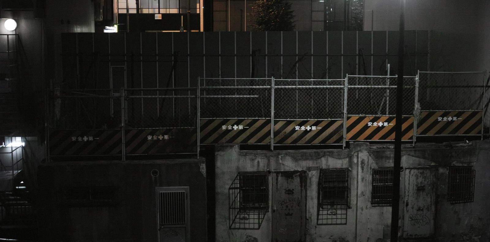 「安全第一夜間の工事現場安全第一夜間の工事現場」のフリー写真素材を拡大
