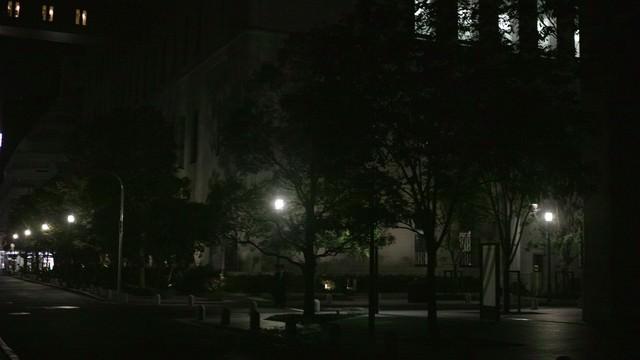 深夜街灯と街並みの写真