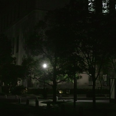 「深夜街灯と街並み」の写真素材