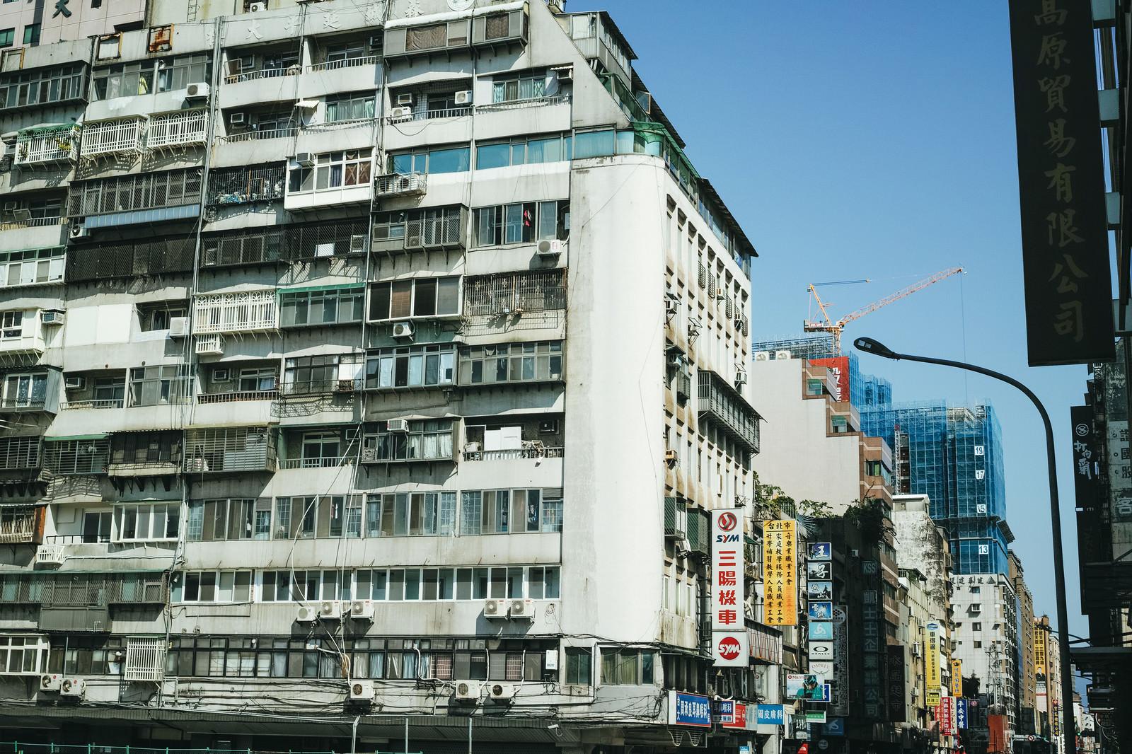 「タイペイの市街地の看板(台湾)」の写真