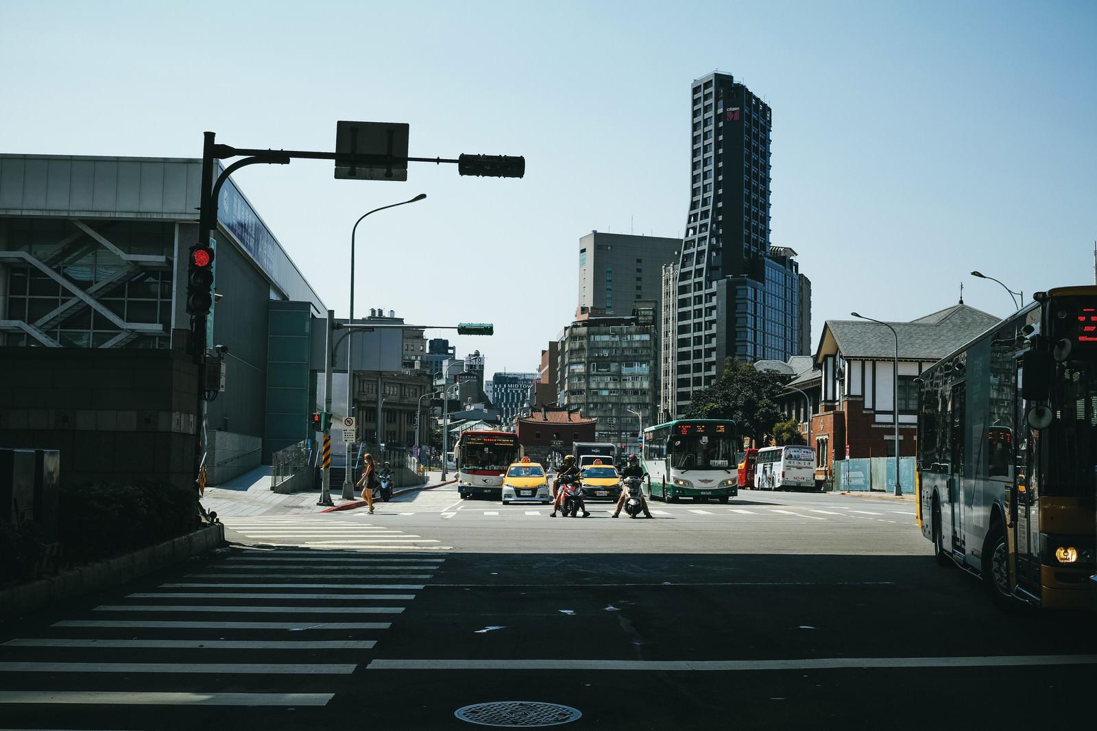 「信号待ちするバイクと車(台北)」の写真