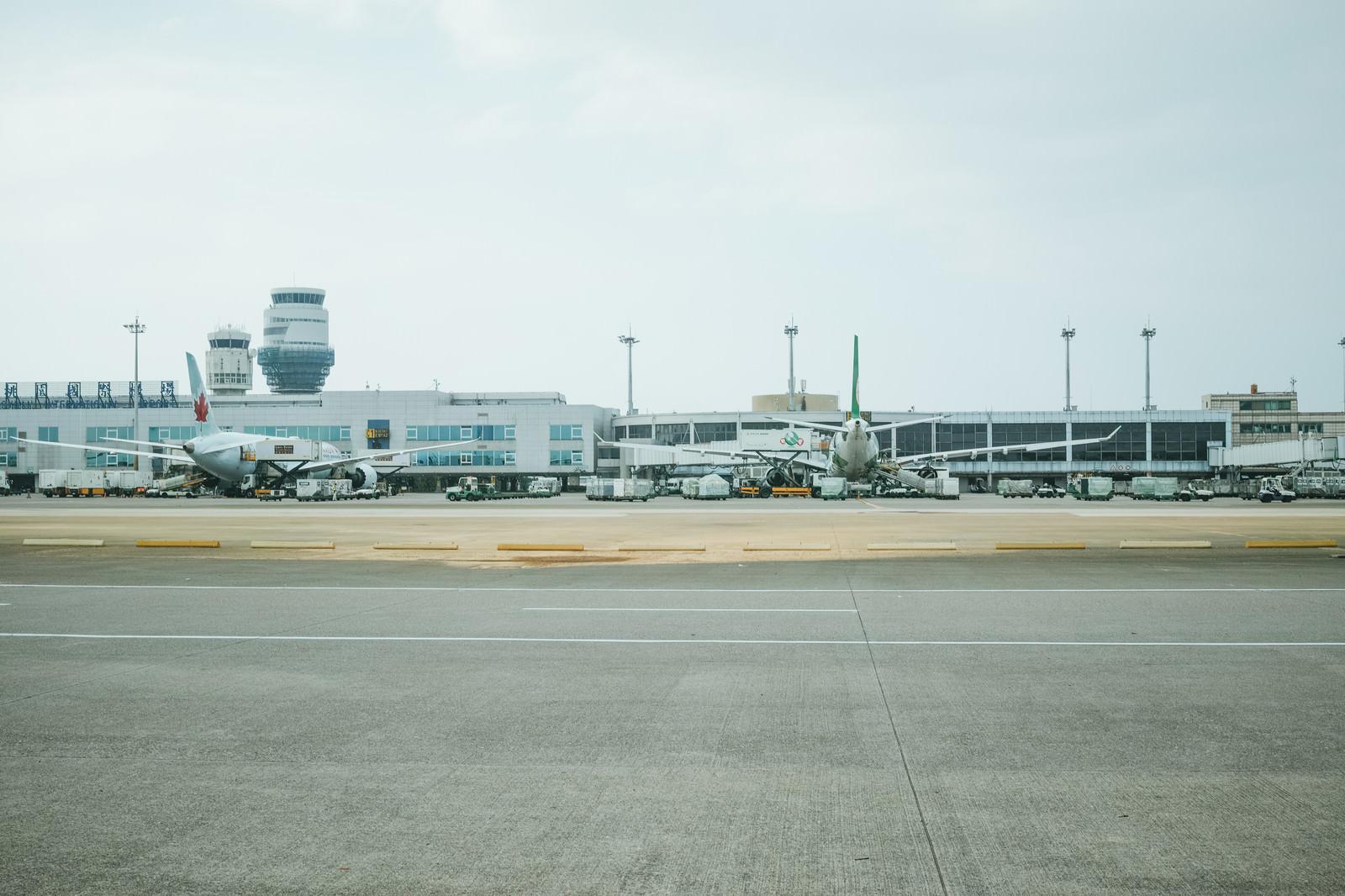 「滑走路から見る飛行機の後姿(台湾桃園国際空港)」の写真