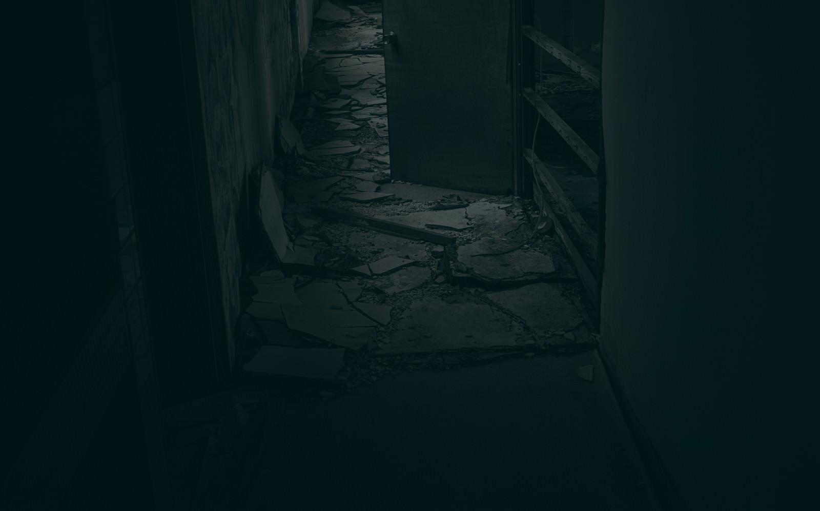 「床が崩壊した建物、「早くここから抜け出さないと・・・」」の写真