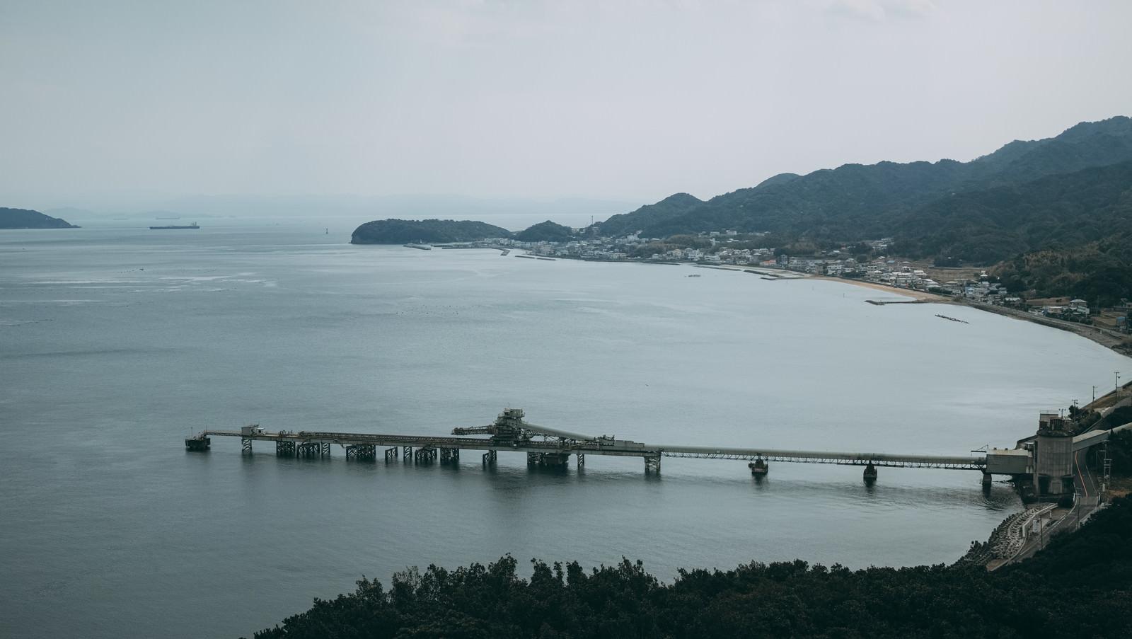 「静かな海と工場を繋ぐ橋」の写真