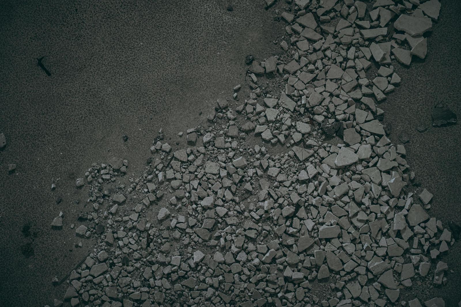「落盤したコンクリートの破片が散らばる」の写真