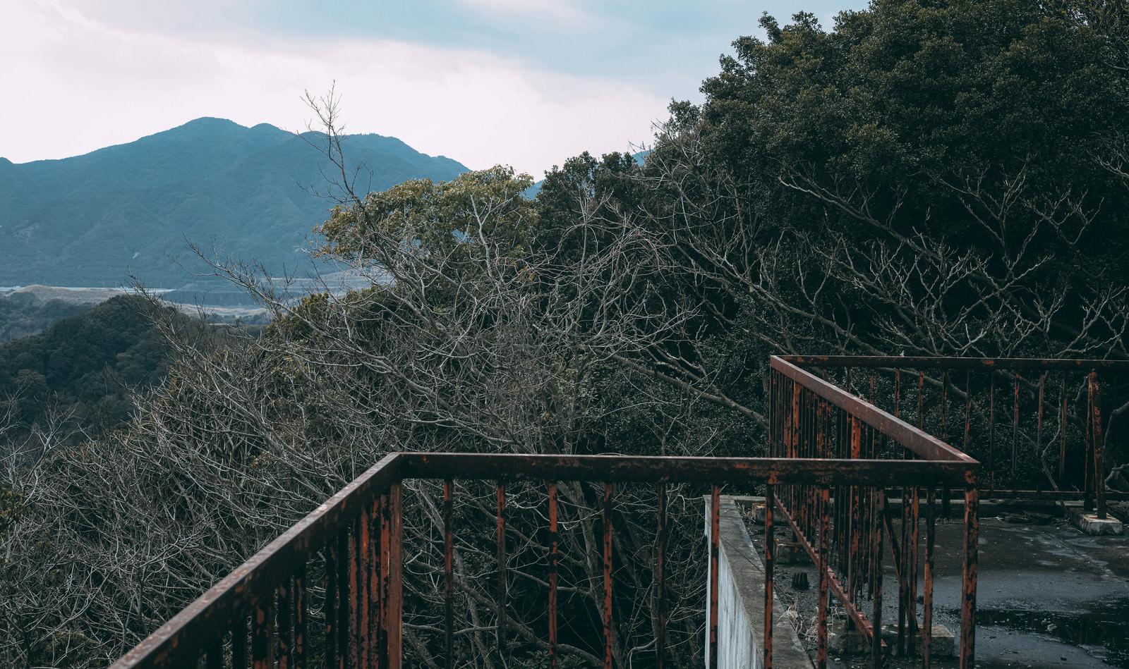 「壊れゆく鉄柵と屋上」の写真
