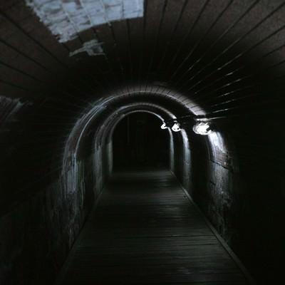 「仄暗いトンネル」の写真素材
