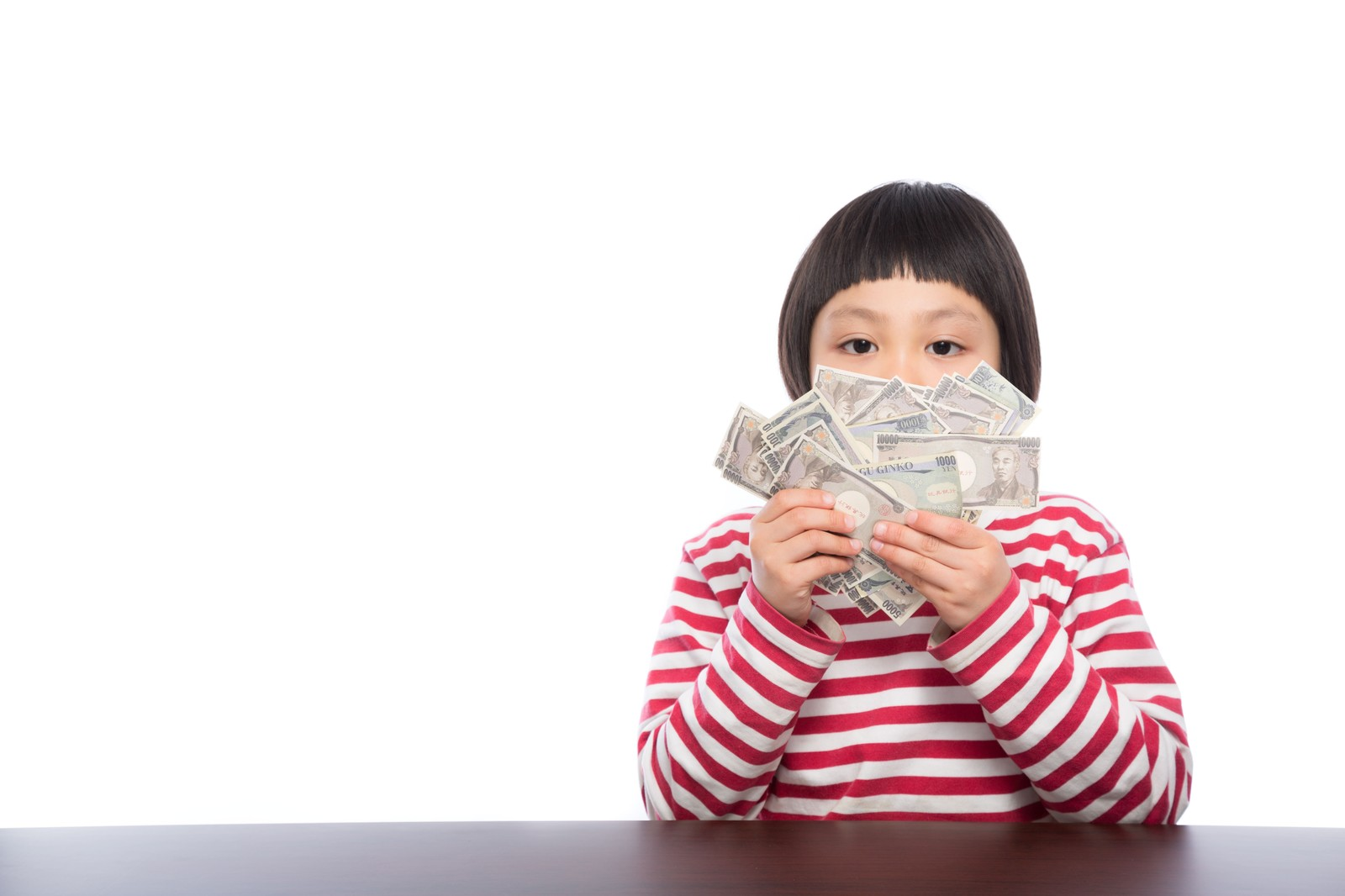 「お年玉が子供銀行券だった時の表情」の写真[モデル:ゆうき]