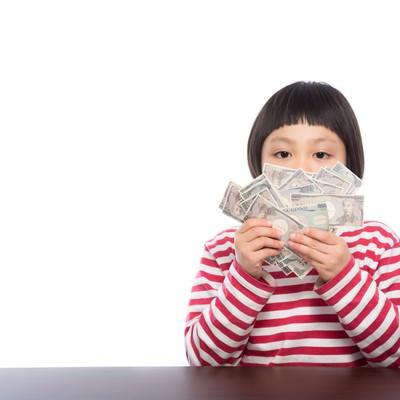 「お年玉が子供銀行券だった時の表情」の写真素材